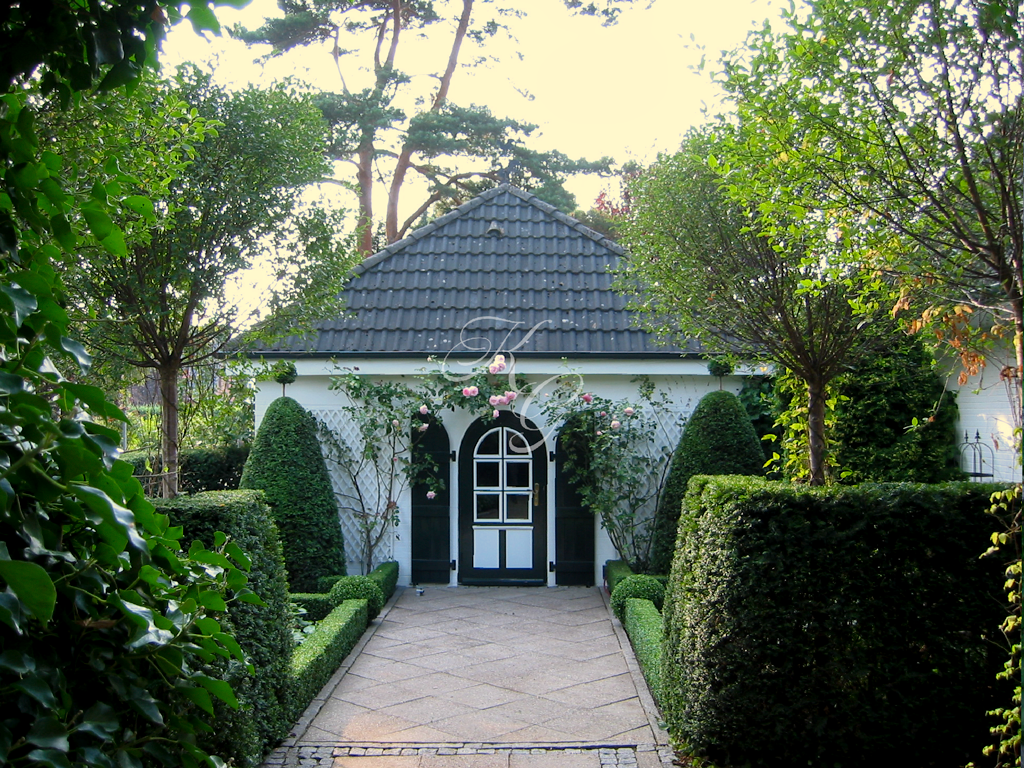 Nostalgische Rosen am Gartenhaus