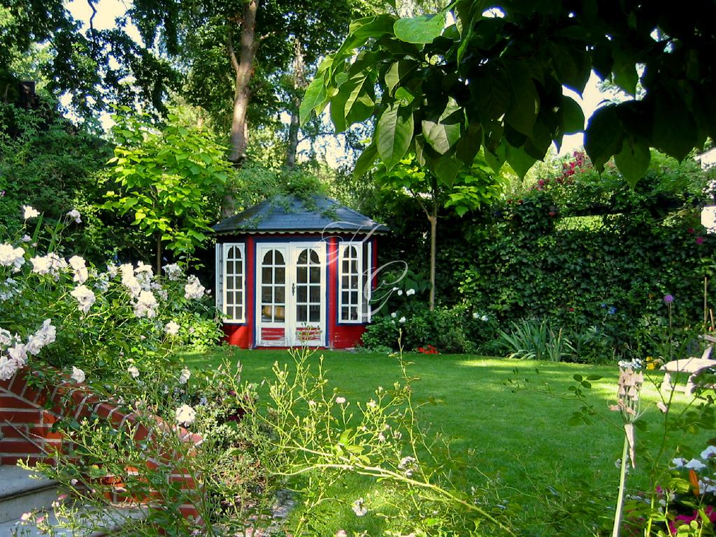 Eingewachsene Bepflanzung mit rotem Pavillon
