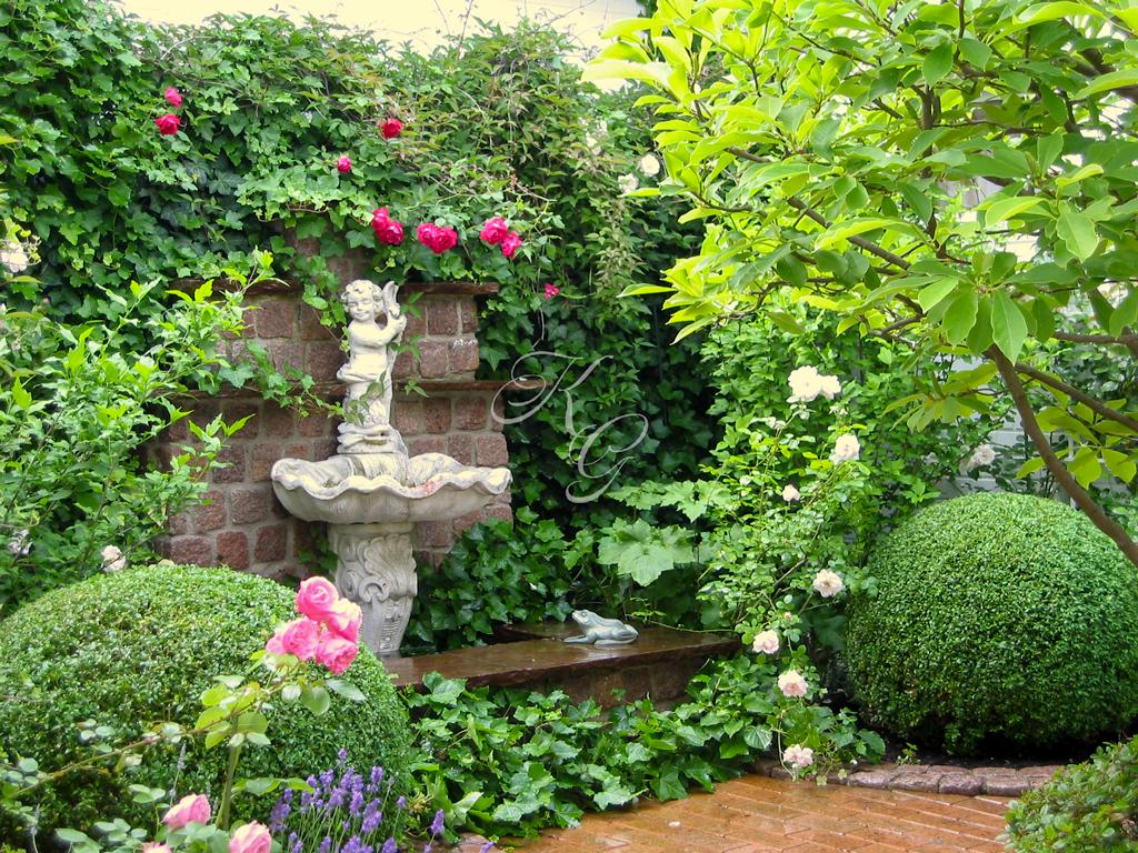 Engels-Skulptur am Brunnen