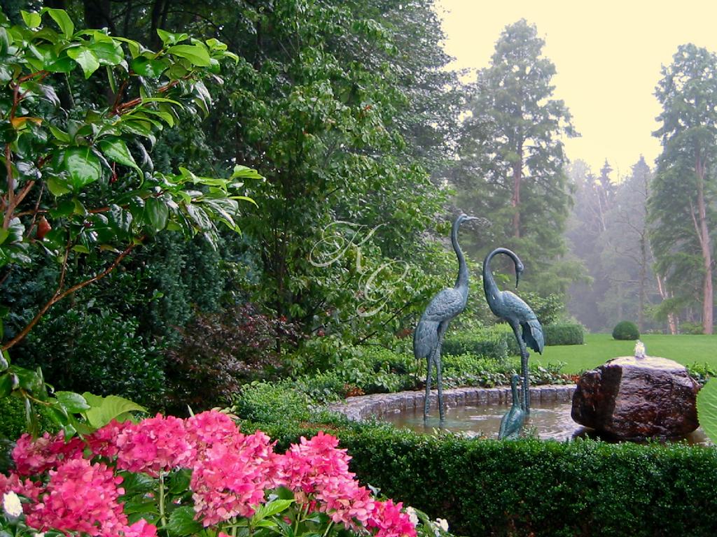 Kranich-Skulpturen in weitläufiger Parkanlage